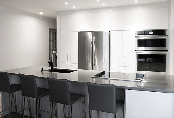 rénovation cuisine parallèle laboratoire gris blanc comptoir lunch électroménager encastré inox stainless armoires blanches renovation kitchen laboratory parallel grey white counter lunch stainless built-in appliances white cabinet