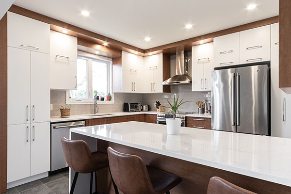 cuisine lumineuse ouverte moderne blanche noyer inox électro encastré cuir îlot comptoir fonctionnel optimisation rangements open kitchen bright modern walnut stainless recessed lights leather island countertop functional storage optimization