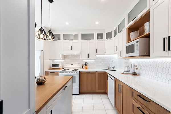 rénovation cuisine économique changement portes armoires ajout caisson haut vitrée dosseret céramique blanc bois lumineux renovation kitchen economic changing doors cabinet added high glass cabinet white ceramic backsplash bright