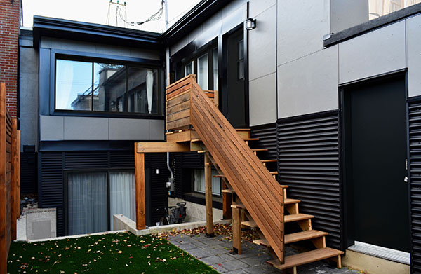 façade moderne cours arrière escalier pruche acier ondulé noir panneaux fibrociment gris HardiePanel combinaison matériaux  backyard facade modern stairs balcony hemlock wood black corrugated steel grey fibrocement panels HardiePanel mixed materials