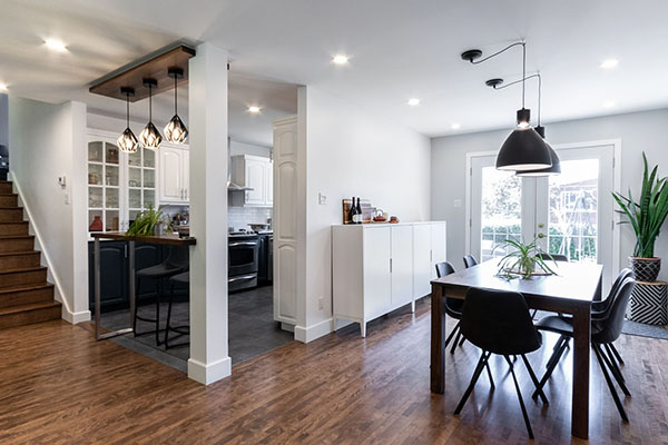 rénovation salle à diner cuisine ouverte sablage vernis plancher bois ouverture mur porteur comptoir lunch noyer encastrés renovation dining room open kitchen wood floor varnish sanding supporting wall opening lunch counter walnut recessed lights